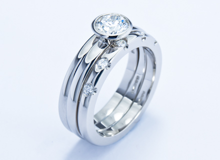 T-Sweep platinum ring with a round brilliant cut diamond