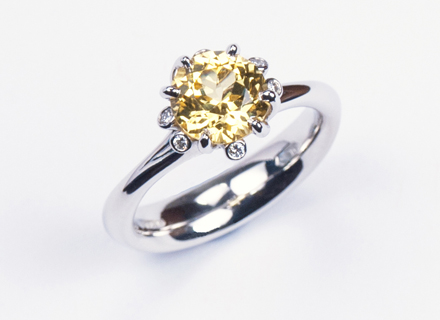 Meadow ring in platinum, set with a yellow sapphire